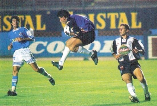 Salta Julio César Balerio ante la arremetida de Claudio Pizarro. Observa Marcelo Asteggiano. Fue en la victoria 3-2 de Cristal sobre Alianza Lima en la Libertadores de 1998 (Recorte: revista Don Balón Perú)