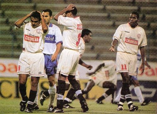 Adrián Coria y Juan Pajuelo lamentan un gol errado por la 'U' en su derrota ante Católica en San Carlos de Apoquindo en marzo de 1999 (Foto: revista Don Balón Perú, N° 52 p. 6)