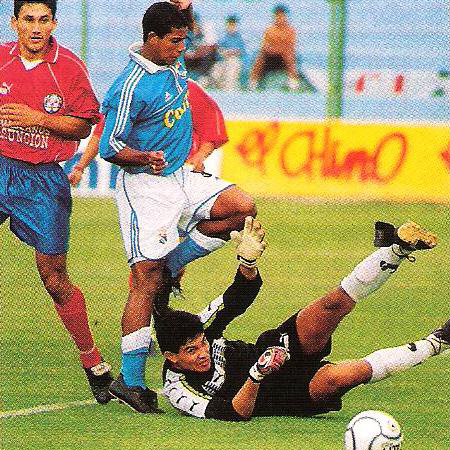 Roberto Holsen inquieta al portero Marino Dure en el primer partido que Cristal disputó en su estadio (Recorte: revista El Gráfico Perú)