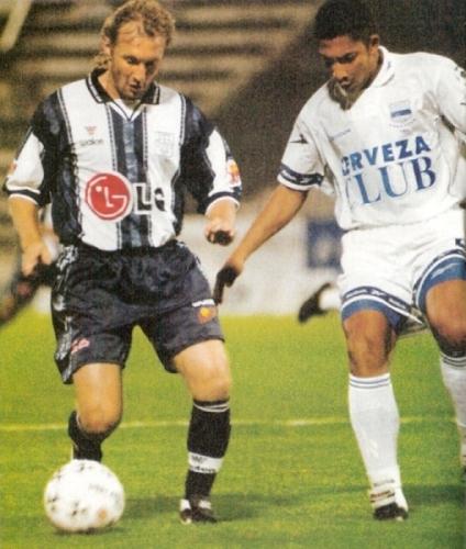 El argentino Claudio Spontón en acción durante el Alianza Lima 2 - Emelec 1 de la Copa Libertadores 2000. (Recorte: revista Once)