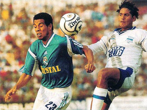 Piero Alva no logra conectar el balón la vez que Emelec liquidó a Cristal con gol de último minuto en la Libertadores de 2001 (Recorte: revista El Gráfico Perú)