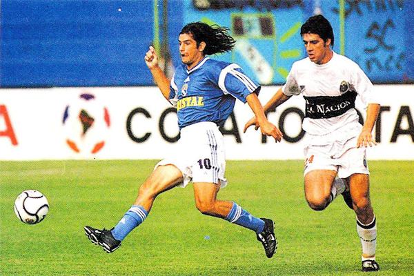 El argentino Gastón Córdoba da un pase en el encuentro que Cristal se resarció un poco de su mal papel en la Copa Libertadores de 2001 venciendo por 3-2 a Olimpia (Foto: Conmebol)