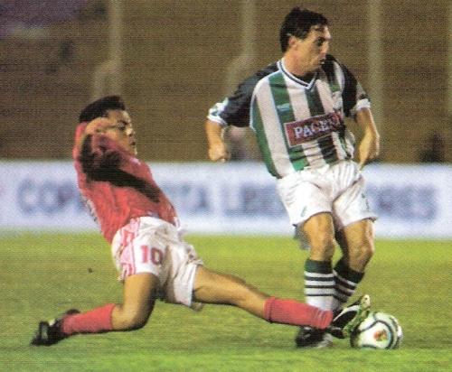 Óscar Olvera va a la marca durante la derrota de Cienciano por 3-1 ante Oriente Petrolero en Santa Cruz, por la Libertadores 2002 (Recorte: revista El Gráfico Perú)