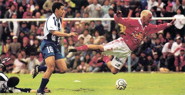Ernesto Zapata creando peligro sobre el arco del 12 de Octubre de Paraguay, equipo sobre el que Cienciano obtuvo su primer triunfo en la Libertadores de 2002 (Recorte: revista El Gráfico Perú)