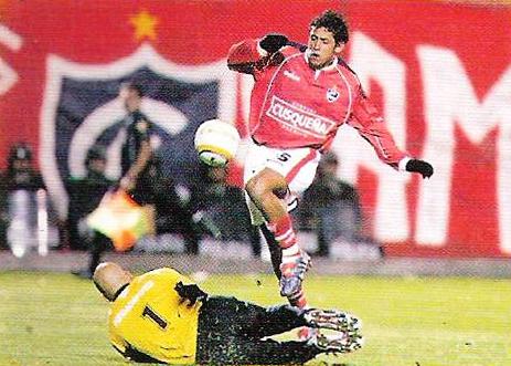 Paolo de La Haza intenta eludir la salida del arquero Vicente Rosales la vez que Cienciano goleó por 6-1 al Carabobo de Venezuela (Recorte: revista El Gráfico Perú)