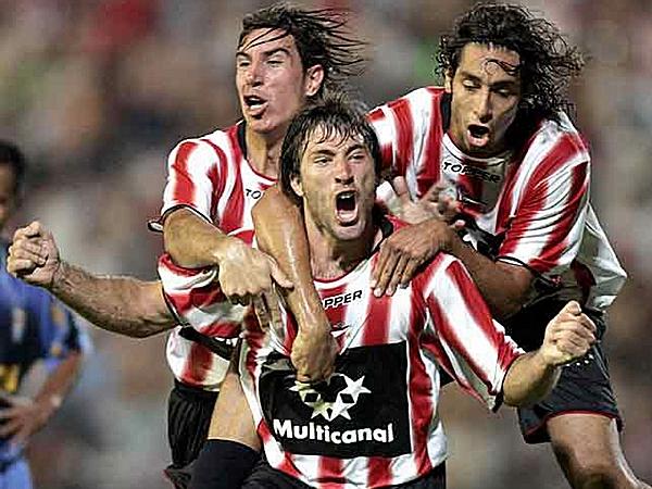 https://media.dechalaca.com/images/archivo/Fotos_Naturales/futbol_peruano/clubes/torneos_internacionales/copa_libertadores/2006/2006_elp.cri_01_clarin.jpg