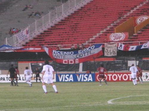 El brasileño Inca -con el '7' en la espalda, a la derecha- en acción durante el Nacional de Asunción - Universitario de la Libertadores 2006 (Foto: ahunet.com.pe)