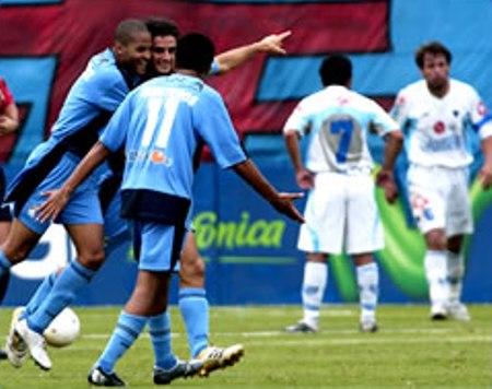 Gustavo Vassallo celebra con Alberto Rodríguez y Henry Quinteros su gol contra Bolívar, en el San Martín, por la Libertadores 2006. Era la última vez que Cristal había jugado en su estadio un partido de Copa y, como ahora contra Estudiantes, quedó 2-1 (Foto: bolivar.blogcindario.com)