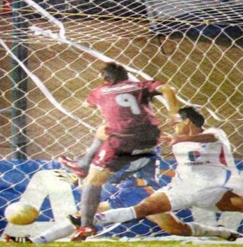 Gol de Gastón Sangoy en el minuto 91'+ para poner el 2-2 entre Nacional y Universitario, en cancha de Cerro Porteño, por la Libertadores 2006 (Foto: ahunet.com.pe)