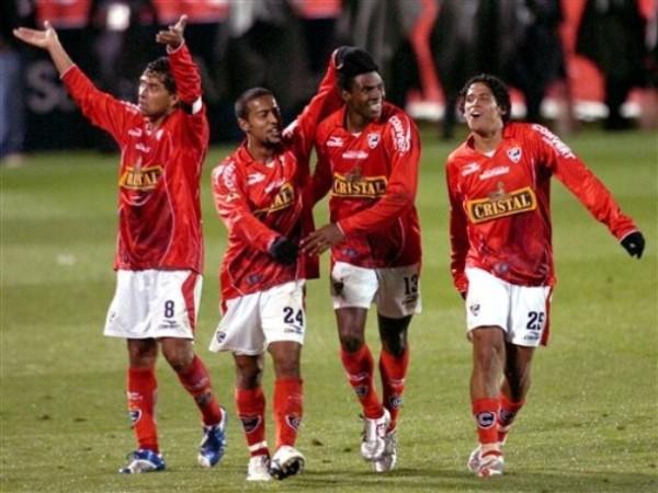 Jaime Ruiz es felicitado por Juan Carlos Bazalar, Julio Edson Uribe y Paolo de La Haza luego de anotarle a Bolívar en la goleada 5-1 que le propinó Cienciano en el Cusco por la Libertadores 2007 (Foto: AP)