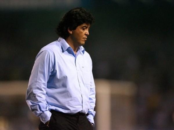 TRISTEZA SANTA. El 'Chino' Rivera se muestra resignado ante la eliminación. Su equipo aguantó lo que pudo ante un rival altamente superior y, por lo menos, no se despidió goleado de la Copa.  (Foto: FIFA.com / AFP)