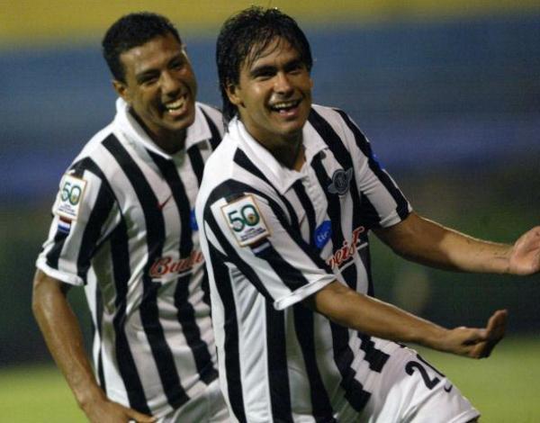 CARGANDO LOS PUNTOS. El gol de Maciel es importantísmo para Libertad. Un cabezazo oportuno que da tres puntos (Foto: EFE)