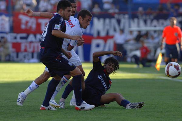 CON TODO. Quinteros y Muente se baten para contener un ataque tricolor (Foto: ultimasnoticias.com.uy)