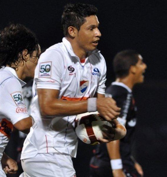 A POR LA VICTORIA. El '9' paraguayo corre con el balón tras marcar de cabeza. Nacional mantenía esperanzas de ganar (Foto: EFE)