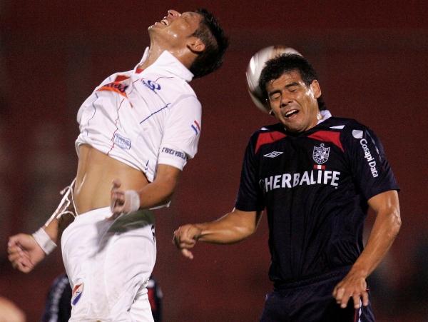 A OJOS CERRADOS. No fue el mejor resultado posible, pues el campeón peruano pudo ganarlo. Pero Díaz y los santos firmaban el empate (Foto: AP)