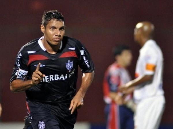TORO GOLEADOR. Arzuaga volvió a marcar, esta vez de contragolpe. Su fichaje por los albos da frutos (Foto: FIFA.com / AFP)