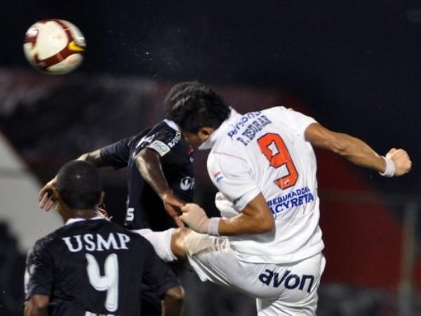 EMPATADOS. Escobar ya metió el cabezazo y empató el partido (Foto: FIFA.com / AFP)