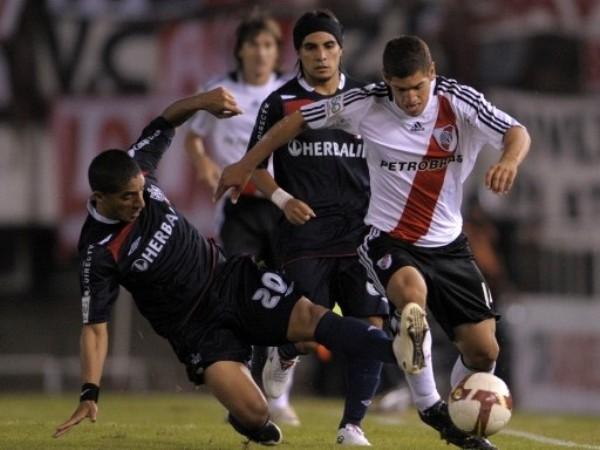 NO LLEGO. Salas intenta barrer a Bou mientras Ludueña sigue la jugada. River pasó por encima a los santos (Foto: FIFA.com / AFP)