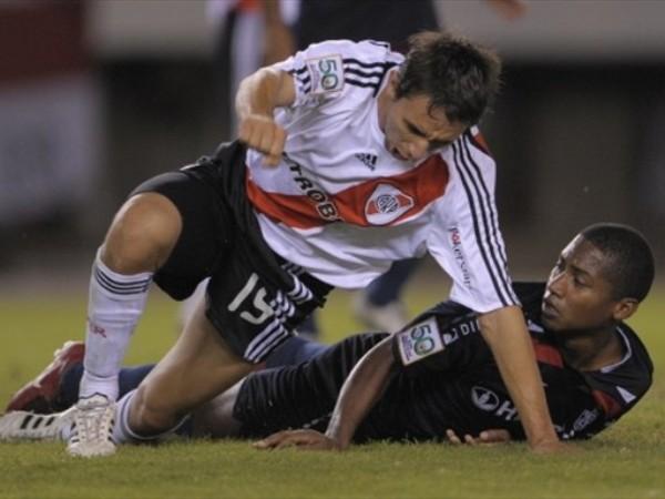 APLASTANTE. Barrado queda encima de Reyes. El argentino marcó el tercero de la 'Banda' (Foto: FIFA.com / AFP)