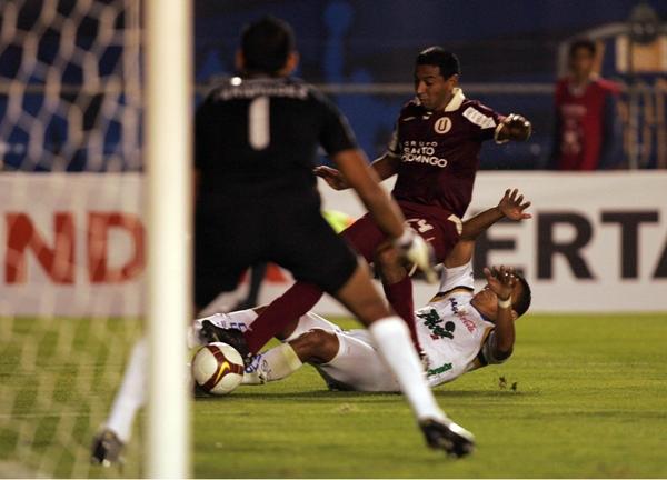 A CUENTAGOTAS. No fue el mejor de los partidos de Solano, aunque le bastó para ponerle el balón como con la mano a Alva para el primer gol (Foto: MEXSPORT)