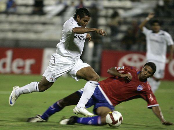El 'Toro' Martín Arzuaga en acción la vez que Nacional de Uruguay le sacó un empate al cuadro santo jugando en Matute (Foto: ANDINA)