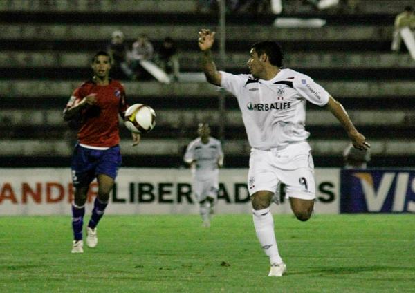 A LA ESPALDA. Arzuaga hizo una vez más gala de sus curiosos movimientos de cintura (Foto: Andrés Durand / DeChalaca.com)