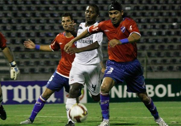 VAMOS TODOS. Reyes se proyectó al ataque. Aquí lucha con 'Fede' Domínguez (Foto: Andrés Durand / DeChalaca.com)