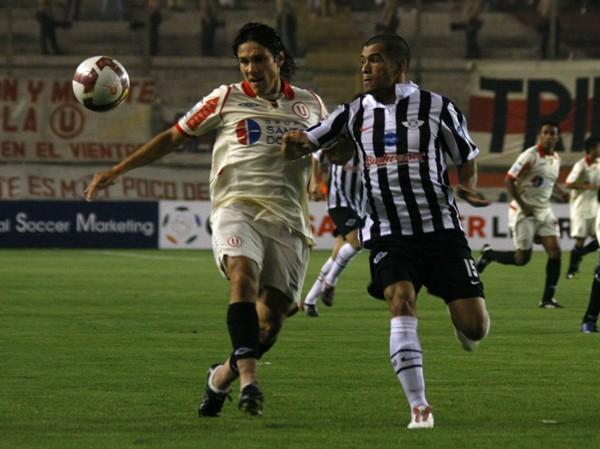 DULCE Y VELOZ. Torres siempre robó espacio por la banda. Acá choca con Samudio (Foto: Andrés Durand / DeChalaca.com)