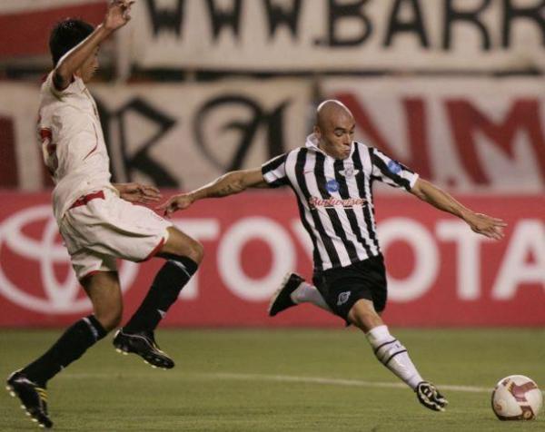 EL RITMO DEL OTRO 'CHINO'. Calderón jugó como titular en reemplazo de Galván. Acá cierra a Marín (Foto: EFE)