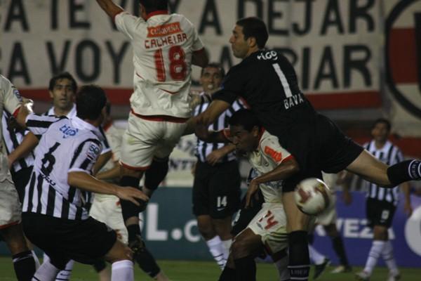 CASUALIDADES DE LA VIDA. Calheira le dio al balón con la espalda y la mandó así adentro (Foto: Andrés Durand / DeChalaca.com)