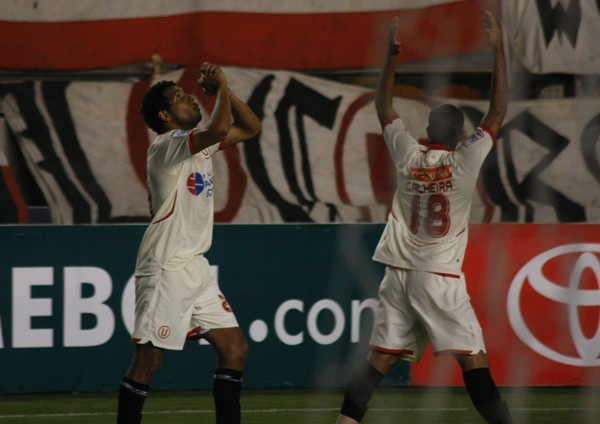 GRACIAS QUEREMOS DARTE. El 'Zorrito' se fue aplaudido esta vez por el golazo que le valió esta celebración (Foto: Andrés Durand / DeChalaca.com)