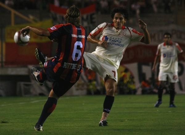 FRODO EMBOLSÓ. Miguel Torres volvió a ser figura. Acá cierra la salida de Bottinelli (Foto: Andrés Durand / DeChalaca.com)