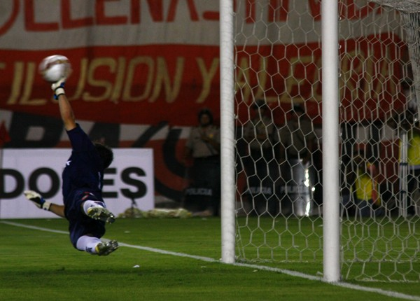 TIRO MAESTRO. El tiro cruzado de Solano se cuela en el arco azulgrana (Foto: Andrés Durand / DeChalaca.com)