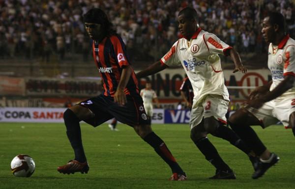 DESAPERCIBIDO. El 'Cuqui' Silvera no pintó mucho en el partido, y Galliquio la pasó tranquilo con él (Foto: Andrés Durand / DeChalaca.com)