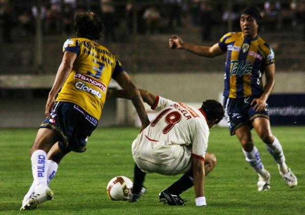 TAMPOCO ÉL. Orejuela fue otro del que se esperaba más cuando ingresó. Acá trastabilla ante el 'Tigre' Patiño (Foto: Andrés Durand / DeChalaca.com)