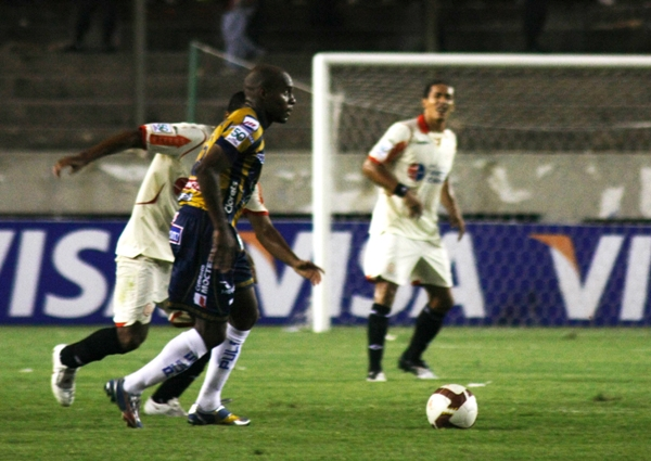M-AL-HER. A Tressor Moreno le espetaron su pasado aliancista toda la noche, pero el colombiano no se amilanó (Foto: Andrés Durand / DeChalaca.com)