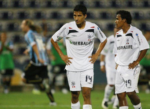 SANTO LAMENTO. La tristeza de Ballón y Fernández luego de uno de los goles de López, quien celebra al fondo (Foto: ANDINA)