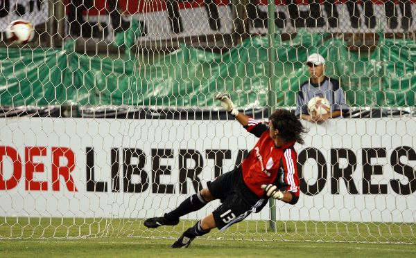 VENCIDO POR DOS. Barbosa tuvo que recoger el balón del fondo dos veces, luego de que se ordenara repetir el penal (Foto: ANDINA)