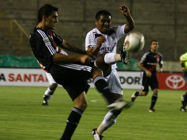 PASO DE VENCEDOR. Como toda la noche, García se anticipa al desconocido Gerlo (Foto: Andrés Durand / DeChalaca.com)
