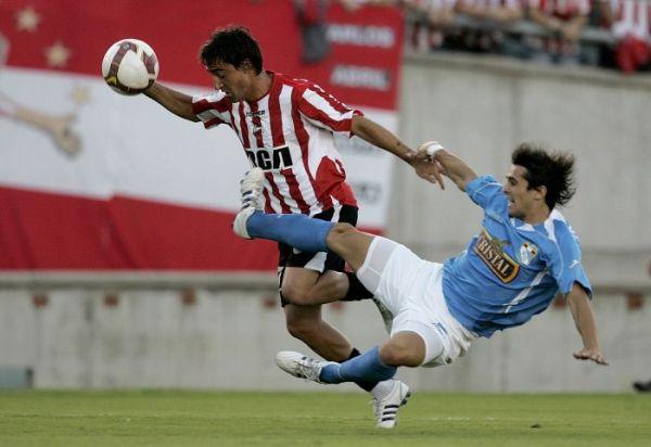 SEGURIDAD ANTE TODO. El uruguayo González fue la figura rimense en La Plata. Acá se bate ante la arrancada de Salgueiro, como a lo largo de todo el cotejo (Foto: EFE)