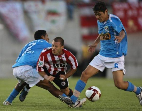 POR AQUÍ NO PASAS. Fernández y Lizarbe cierran el paso. Cristal manejó bien el partido hasta el fatídico cabezazo de Lentini (Foto: EFE)