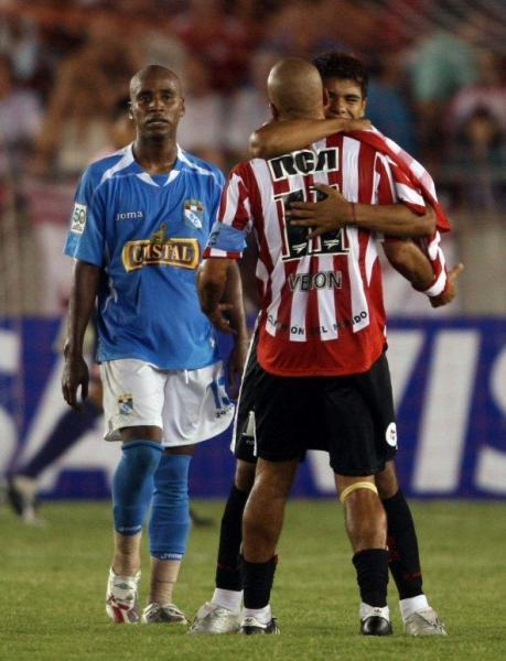 LA INEXORABLE REALIDAD. El gesto cariacontecido de Jeickson Reyes contrasta con la euforia de Lentini y Verón en el abrazo (Foto: EFE)