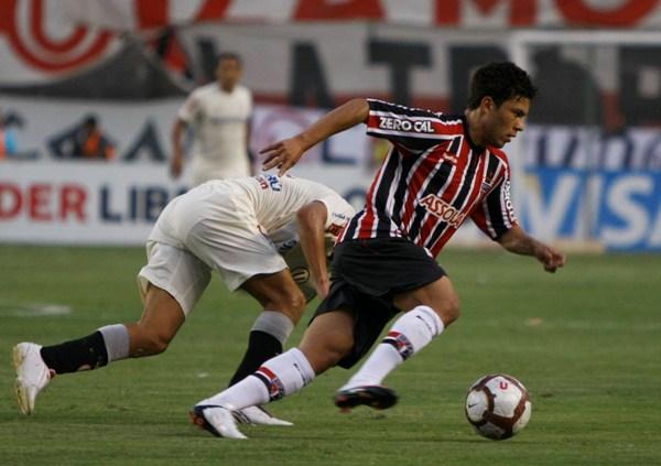BULLIDOR. El pequeño Hernanes sale con la pelota. Sao Paulo demostró calidad a ratos (Foto: Andrés Durand / DeChalaca.com)