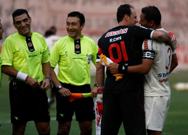 VIEJOS CONOCIDOS. Rogerio Ceni saluda al 'Negro' Galván, a quien conoce del paso de este por el fútbol brasileño en filas de Atlético Mineiro, Santos y Paysandú (Foto: Andrés Durand / DeChalaca.com)