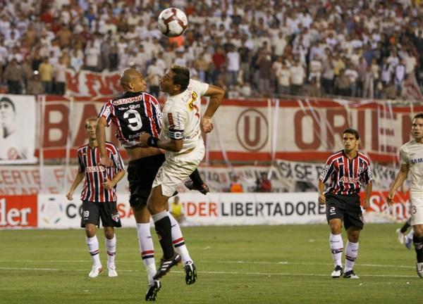 DÚO DE TRES. Galván se lanza al ataque ante Álex Silva, el '3' de Sao Paulo (Foto: Andrés Durand / DeChalaca.com)