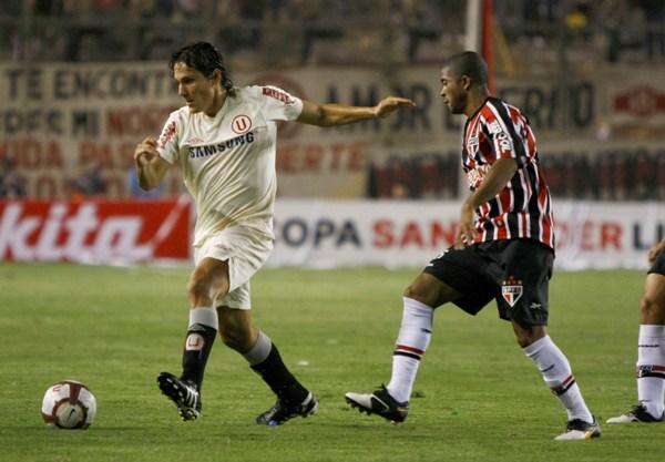POQUITO A POCO. Miguel Torres viene recobrando ritmo futbolístico. Aquí domina ante Miranda (Foto: Andrés Durand / DeChalaca.com)