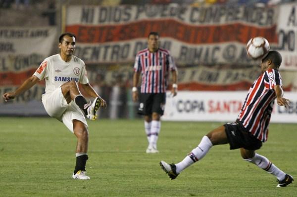 PASA LA BOLA. Rainer Torres lanza un balonazo. El volante merengue se perdió un gol en el complemento (Foto: Andrés Durand / DeChalaca.com)