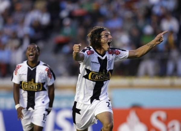 GRITO EXCELSO. Fernández abre la cuenta y lo festeja a todo pulmón (Foto: REUTERS)