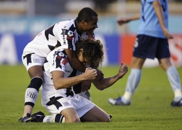 TRUJILLANO SÍ CANTA EN PUNA. Jayo felicita a Fernández tras su segundo tanto. 'Zlatan' volvió por sus fueros (Foto: REUTERS)