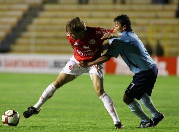 FALTÓ MUÑECA. Barreto sale de la marca de Abdón Reyes. El rubicundo delantero jugó como titular junto a Zúñiga (Foto: EFE)